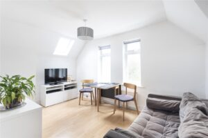 2 bed flat to rent in St Margarets TW1