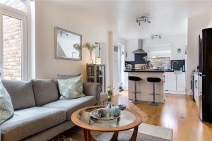 2 bedroom flat to rent in Penwith Road, Earlsfield SW18