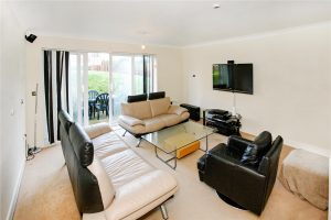 2 bedroom flat to rent in Sundeala Close, Sunbury-on-Thames TW16