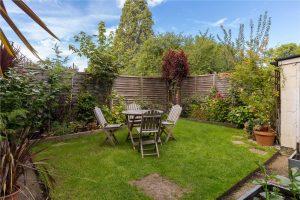 2 bed flat to rent in Errol Gardens, Motspur Park KT3