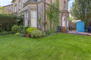 3 bed flat to rent in Hatchlands Road, Redhill RH1