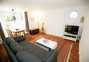 2 bedroom flat to rent in Queens Road, Teddington TW11